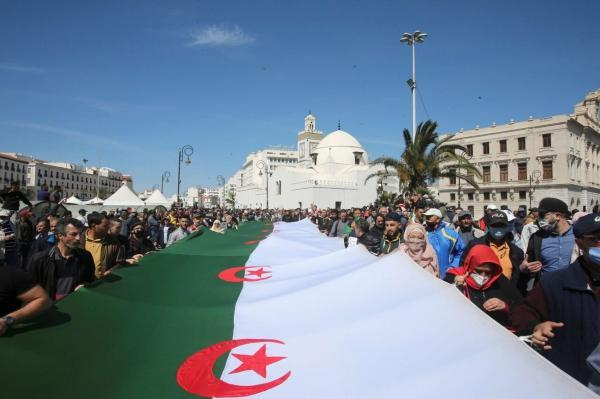 خبرنگاران هزاران الجزایری در اعتراض به شرایط سیاسی و مالی تظاهرات کردند